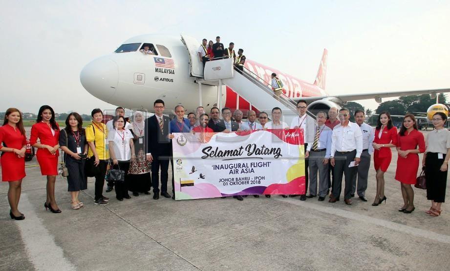 MENTERI Besar Perak, Ahmad Faizal Azumu bergambar bersama tetamu pada Majlis Sambutan Penerbangan Sulung Air Asia Johor Bahru-Ipoh di Lapangan Terbang Sultan Azlan Shah, Ipoh. FOTO L. Manimaran
