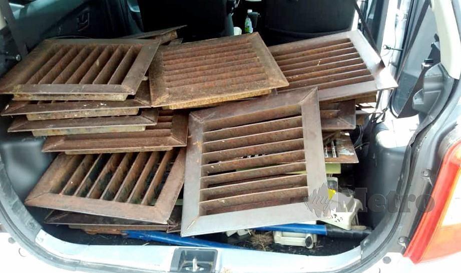 KOTA KINABALU 21 JULAI 2019. Suspek berjaya diberkas bersama besi penutup longkap yang dicuri selepas kenderaan yang mereka naiki di tahan polis di belakang sebuah pasaraya di Pekan Inanam, di Kota Kinabalu. NSTP/IHSAN POLIS.