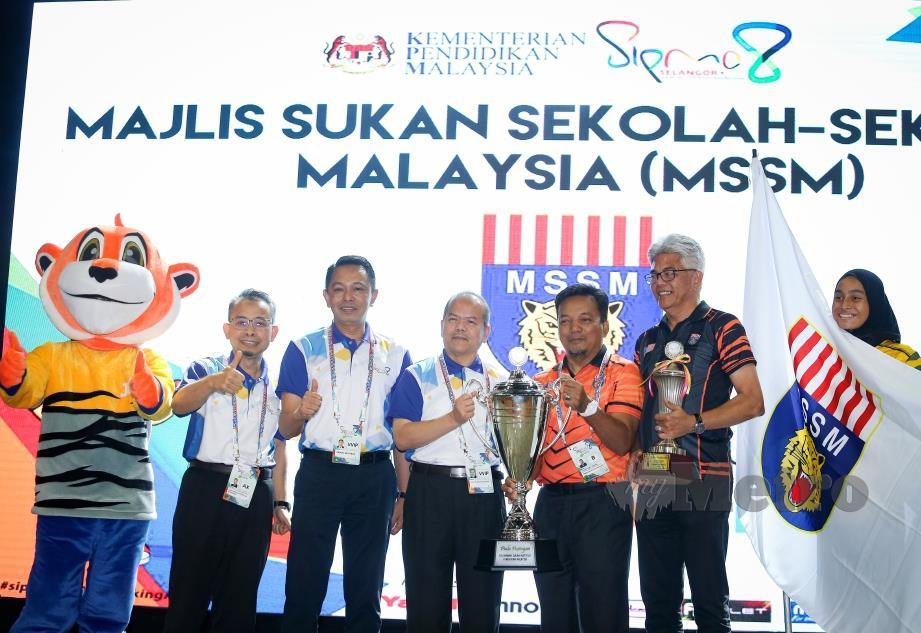 DR Mohd Gazali (tengah) menyampaikan trofi Juara Keseluruhan Kejohanan SIPMA ke 8 Selangor 2019 kepada Razuki (tiga dari kanan) pada Majlis Penutup SIPMA 2019 di UNITEN.
