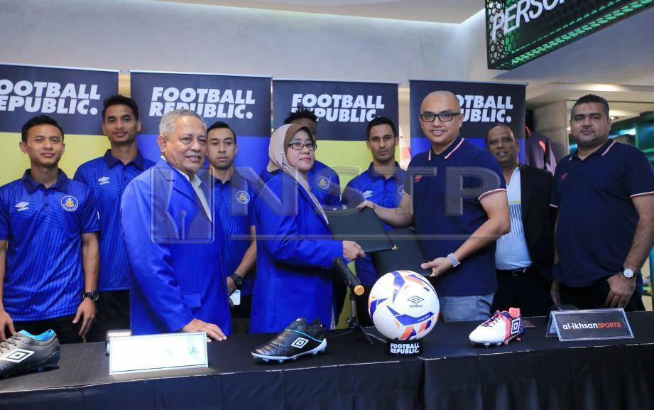 Mizal Ghazali (tiga dari kanan) pada Majlis Menandatangani Perjanjian Penajaan Pasukan Pahang dengan Jenama Umbro di bawah Al-Ikhsan Sports di Suria KLCC. FOTO NSTP/Mohd Yusni Ariffin.