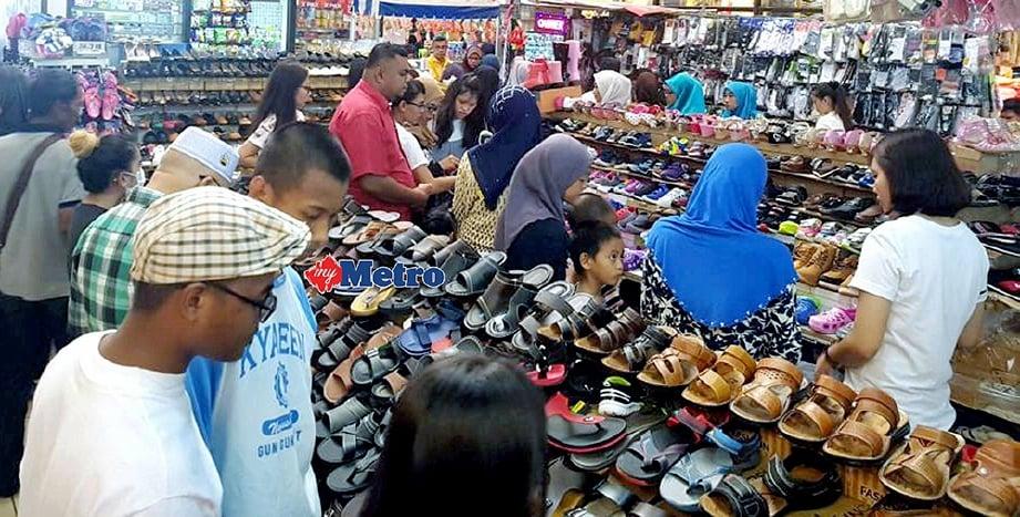 ORANG ramai termasuk warga Indonesia berbelanja dan membeli-belah di beberapa lokasi di Tawau bagi membuat persediaan menyambut Aidilfitri. FOTO/Abdul Rahemang Taiming