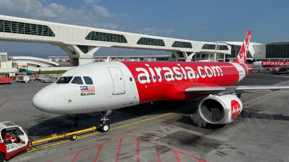 PESAWAT AirAsia yang akan membawa pulang rakyat Malaysia dari Wuhan. FOTO Ihsan NADMA.