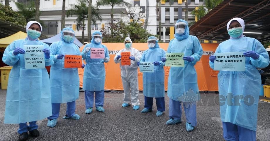 PETUGAS barisan hadapan memakai PPE untuk melakukan saringan pesakit Covid-19 di Zon Saringan Hospital Kuala Lumpur. FOTO MOHAMAD SHAHRIL BADRI SAALI.