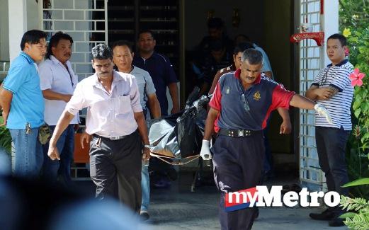 ANGGOTA polis mengusung mayat lelaki yang ditemui mati tergantung di balkoni. FOTO Amir Irsyad Omar
