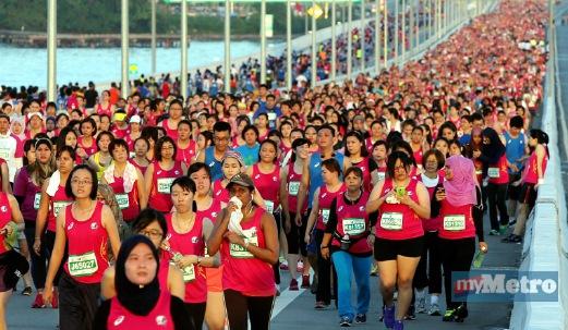 LEBIH 60,000 peserta menyertai larian Maraton Antarabangsa Jambatan Pulau Pinang. FOTO Danial Saad