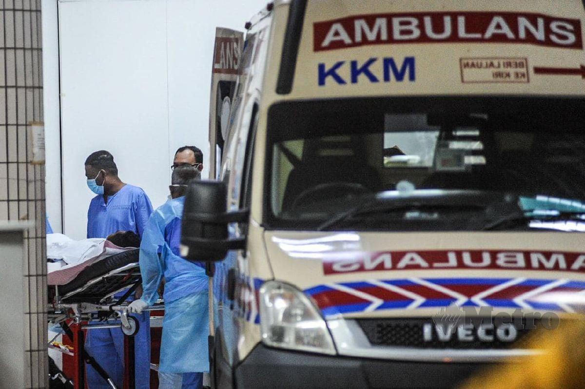 NORIHAN dibawa kakitangan hospital untuk menerima rawatan di Hospital Pulau Pinang. FOTO Danial Saad