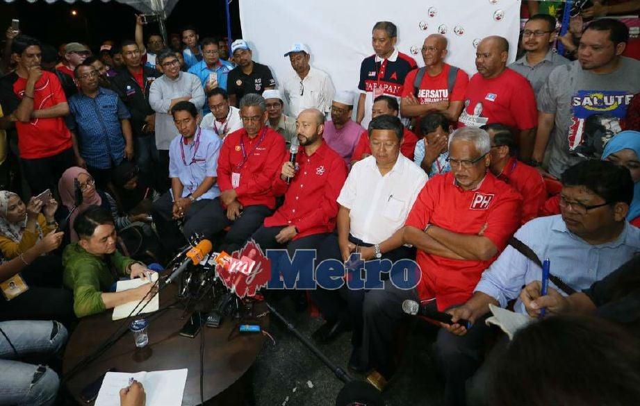 PENGERUSI Gabungan Pakatan Harapan Kedah, Datuk Seri Mukhriz Mahathir (empat dari kanan) bersama rakan-rakan Pakatan ketika mengadakan sidang media di Pejabat PAN Kedah di Stargate, semalam. Foto NSTP/AMRAN HAMID