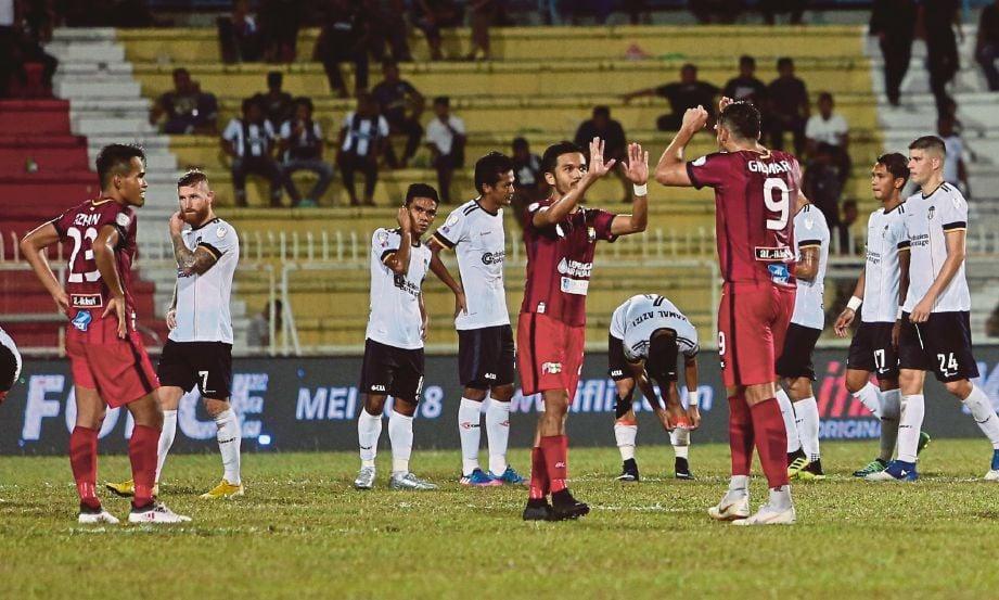 PEMAIN Perak meraikan kemenangan selepas berjaya menunggukan pasukan Terengganu dengan jaringan 2 1 pada saringan Piala Malaysia di Stadium Sultan Ismail Nasiruddin Shah. FOTO Ghazali Kori