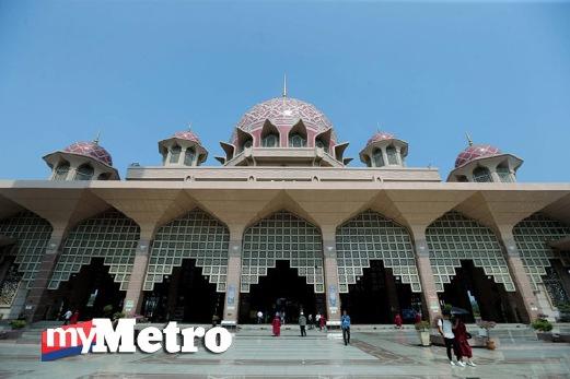 PEMANDANGAN langit biru ketika gambar ini dirakamkan di Masjid Putra, Putrajaya menandakan jerebu semakin pulih. FOTO Mohd Fadli Hamzah