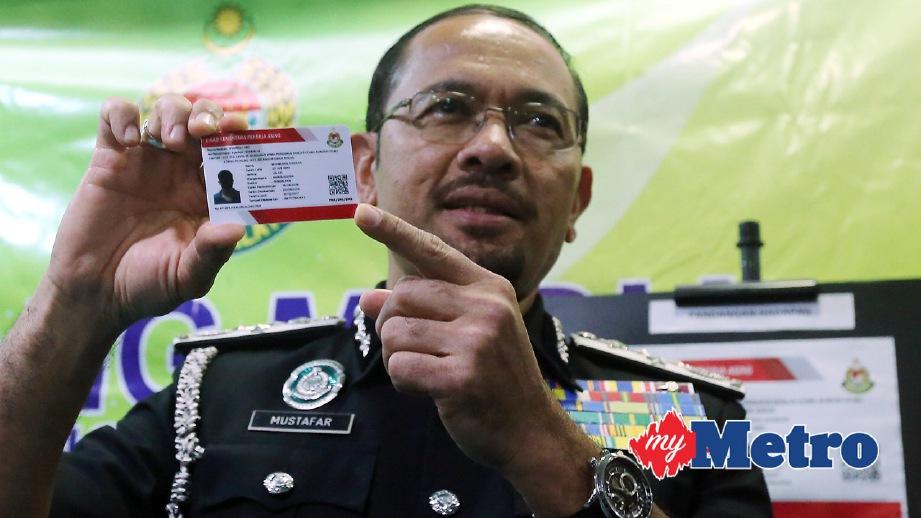 MUSTAFAR menunjukkan kad pekerja asing ketika sidang media Program E-Kad Sementara Pekerja Asing. FOTO Mohd Fadli Hamzah