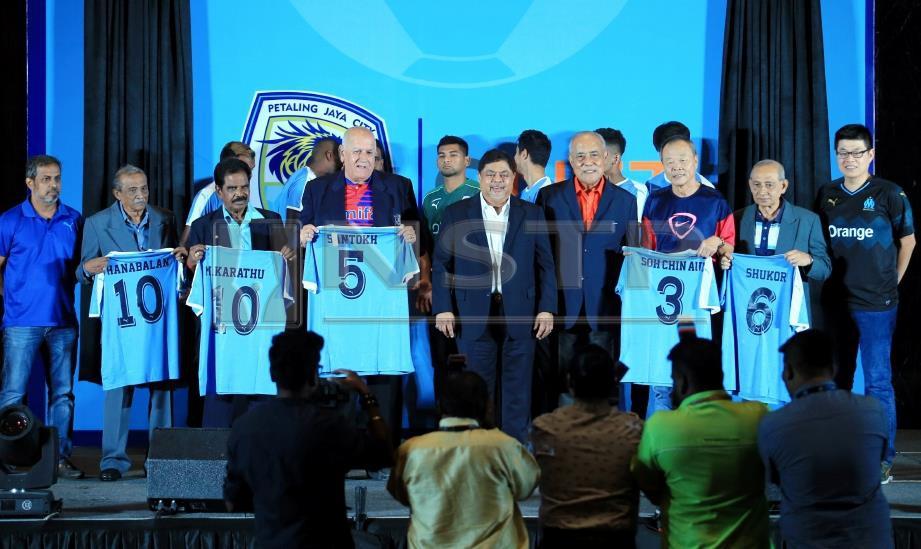 VIJAY (tengah) dan Megat Najmuddin (empat kanan) bergambar bersama legeneda bola sepak negara selepas menyerahkan jersi pasukan Petaling Jaya City di Petaling Jaya, hari ini. Foto MOHD YUSNI ARIFFIN