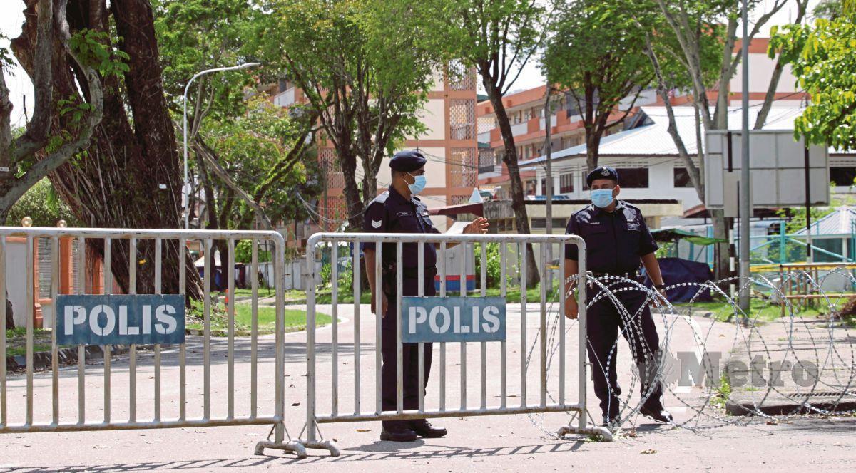 ANGGOTA polis melakukan pemantauan selepas menutup dan mengadakan sekatan jalan raya (SJR) di sekitar Penjara Reman Pulau Pinang, Georgetown, bagi melaksanakan PKPD. FOTO DANIAL SAAD
