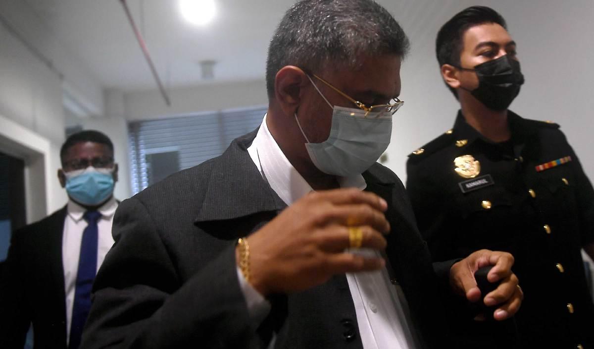 P NAGARAJAN didakwa di Mahkamah Sesyen Shah Alam atas empat pertuduhan menipu seorang lelaki supaya tidak ditangkap Suruhanjaya Pencegahan Rasuah Malaysia (SPRM) membabitkan penyelewengan dana Perbadanan Tabung Pembangunan Kemahiran bernilai RM67,000 pada 2017. FOTO BERNAMA