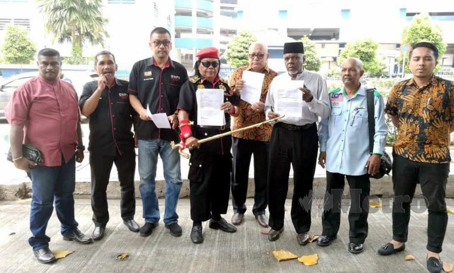 RAZALI (tiga dari kiri) dan Mohd Noor (empat dari kanan) bersama wakil NGO lain hadir membuat laporan polis di IPD Dang Wangi, susulan gambar berbaur penghinaan terhadap Agong yang tukar di Facebook. FOTO NSTP