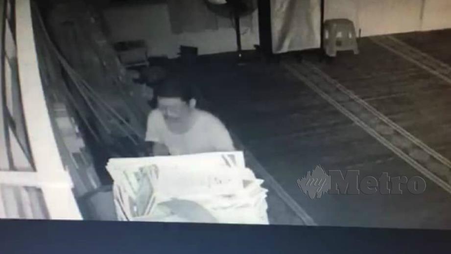 GELAGAT lelaki memecah tabung surau dirakam CCTV. FOTO Ihsan Pembaca.