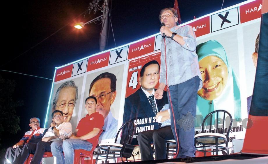 ANWAR berucap pada majlis ceramah umum di Taman Angsamas, Rantau sempena PRK DUN Rantau, malam tadi. FOTO Adzlan Sidek.