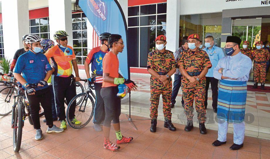 AMIRUDIN (kanan) menyambut ketibaan Mohd Fakrul Munir, hari ini. FOTO FAIZ ANUAR
