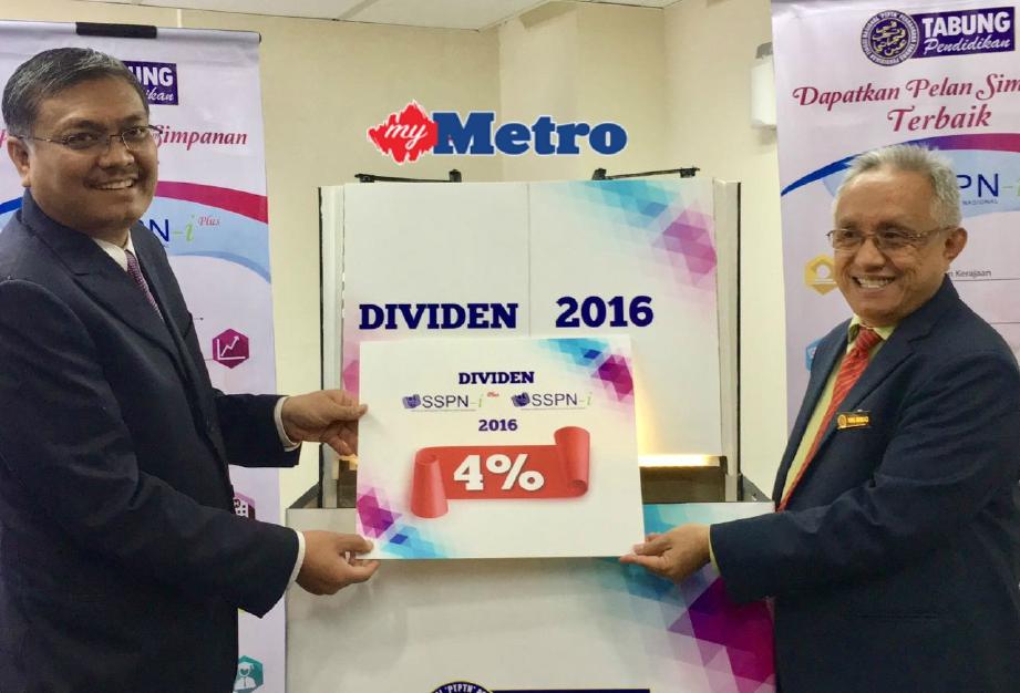Shamsul Anuar (kiri) bersama Wan Ahmad mengumumkan dividen empat peratus  di Pengumuman Dividen SSPN-i 2016 di Menara PTPTN, di sini, hari ini. FOTO Mohd Yusni Ariffin