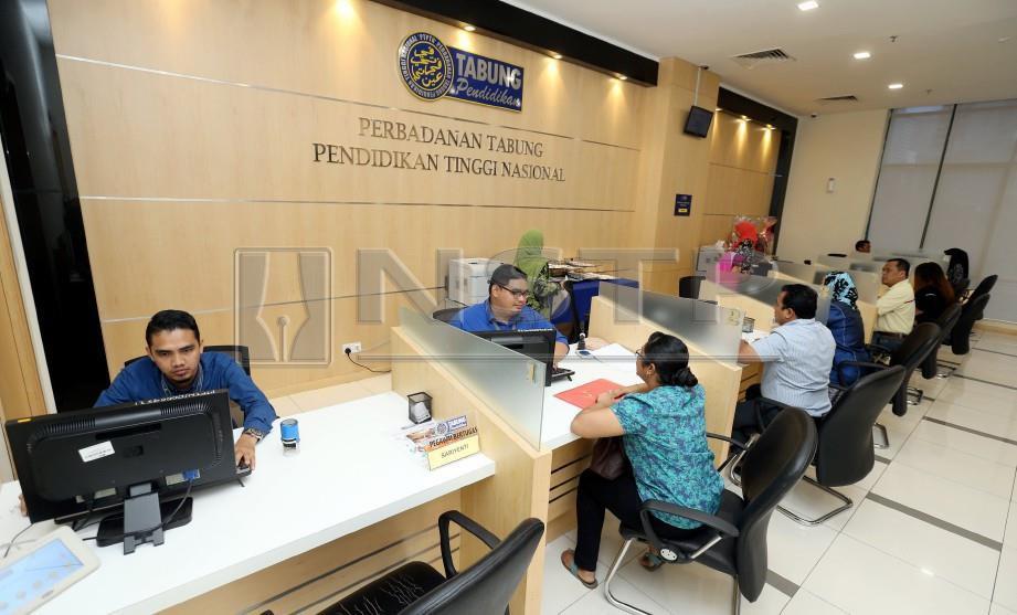 PEMINJAM boleh membayar atau menyemak bayaran balik pinjaman di kaunter Perbadanan Tabung Pendidikan Nasional (PTPTN) di Menara PTPTN, Jalan Yap Kwan Seng. FOTO Surianie Mohd Hanif
