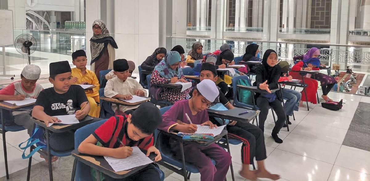 MURID-murid yang mengikuti kelas tusyen Akademi Permata Ihsan mampu meningkatkan prestasi pembelajaran mereka.