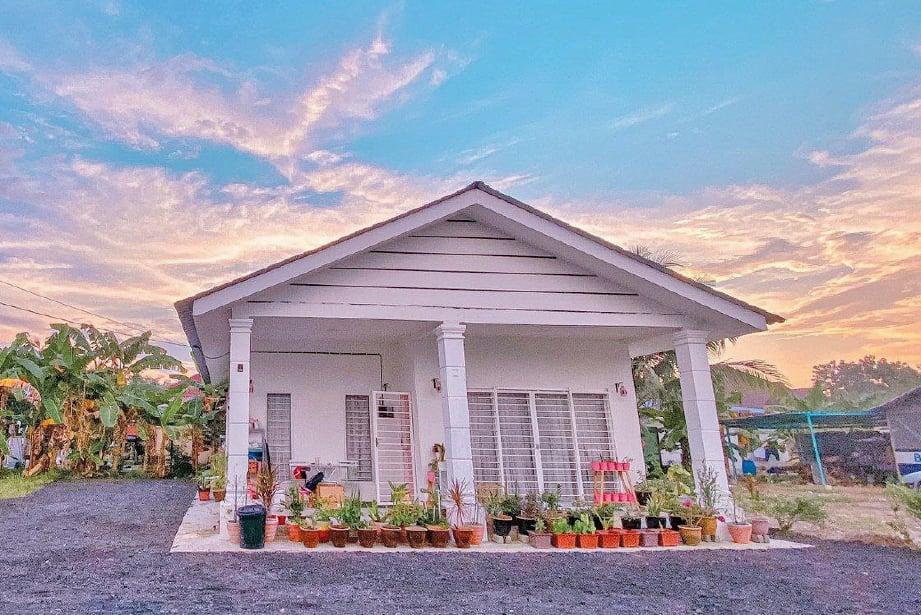 RUMAH setingkat comel yang didiami Nurul Atika dan suami di Teluk Panglima Garang, Selangor.