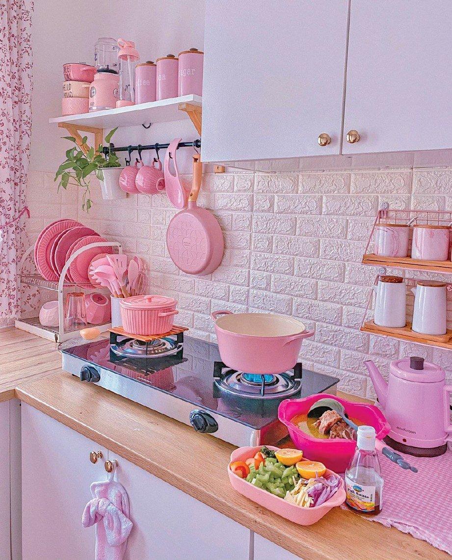 BARANGAN dapur berwarna merah jambu menjadi pilihan hatinya.