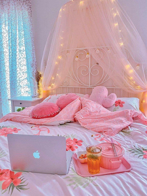 KAMAR tidur juga dihiasi dengan dekorasi rona merah jambu lembut.