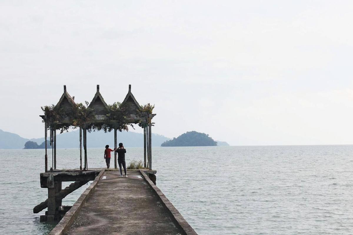PENGUNJUNG dapat menikmati keindahan dan kedamaian di Selat Tuba.