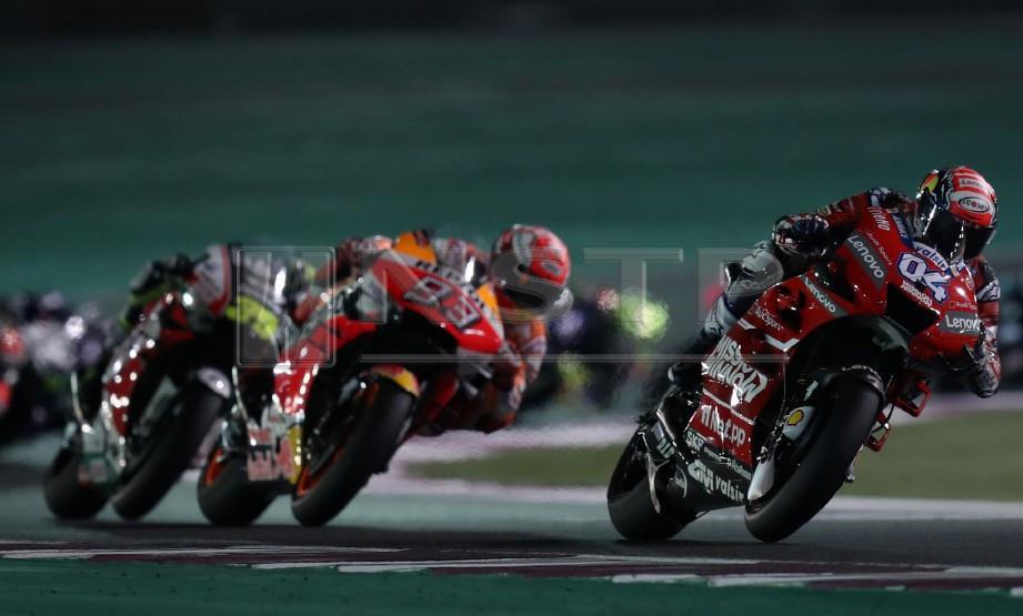 Pelumba MotoGP Andrea Dovizioso dari Mission Winnow Ducati dengan jentera motosikalnya pada perlumbaan Motosikal Grand Prix Qatar. FOTO EPA.