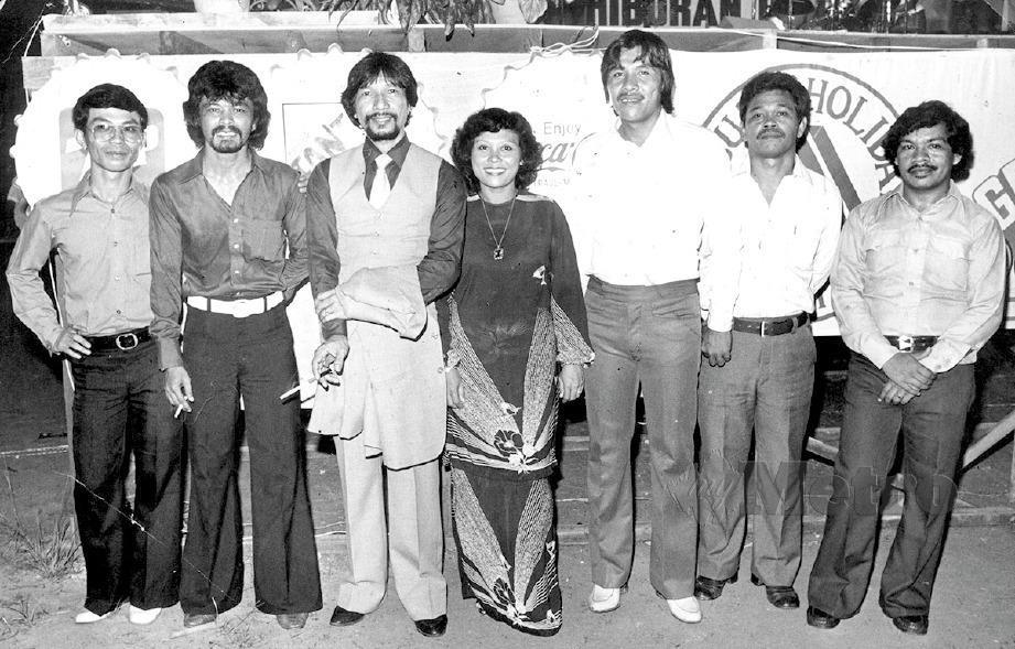 26 Mei 1982: Anggota Orkes Nirwana. Dari kiri: Abdullah Ashaari (pemain tamborin), Mohamad Radhi (dram), A.Rahman Hassan, Azizah Mohamad, B. Badrun (gitar irama), E. Elias dan Ali Omar (gitar utama). FOTO fail NSTP