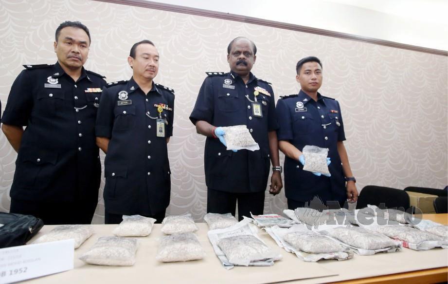 V R Ravi Chandran (dua dari kanan) menunjukkan dadah jenis heroin dirampas dalam serbuan di Plaza Tol Alor Pongsu, Bagan Serai. FOTO Abdullah Yusof