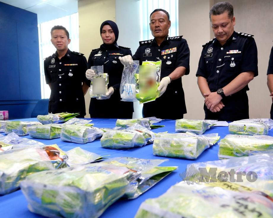 MOHD TAIB menunjukkan bungkusan teh Cina mengandungi dadah yang dirampas di Taman Impian Emas di Johor Bahru. FOTO NSTP
