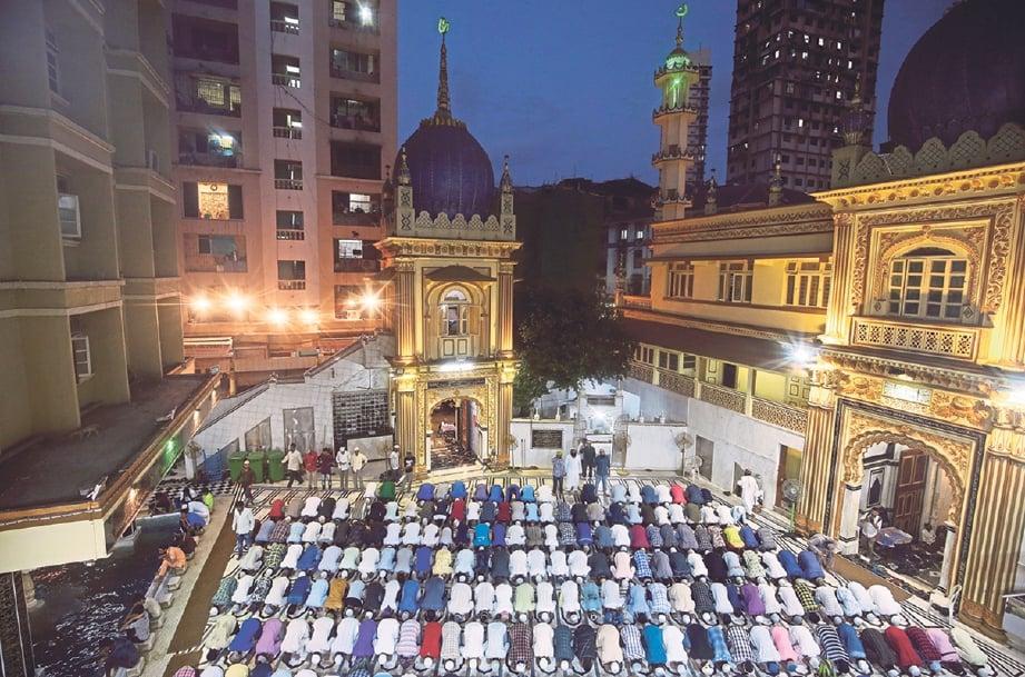 REBUTLAH peluang dengan membaca al-Quran, solat malam, berdoa dan mohon keampunan-Nya. FOTO REUTERS