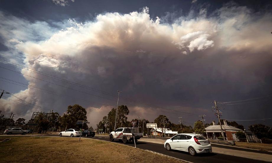 KEPULAN asap tebal akibat kebakaran hutan memenuhi ruang atmosfera di timur Albury di New South Wales. FOTO Agensi
