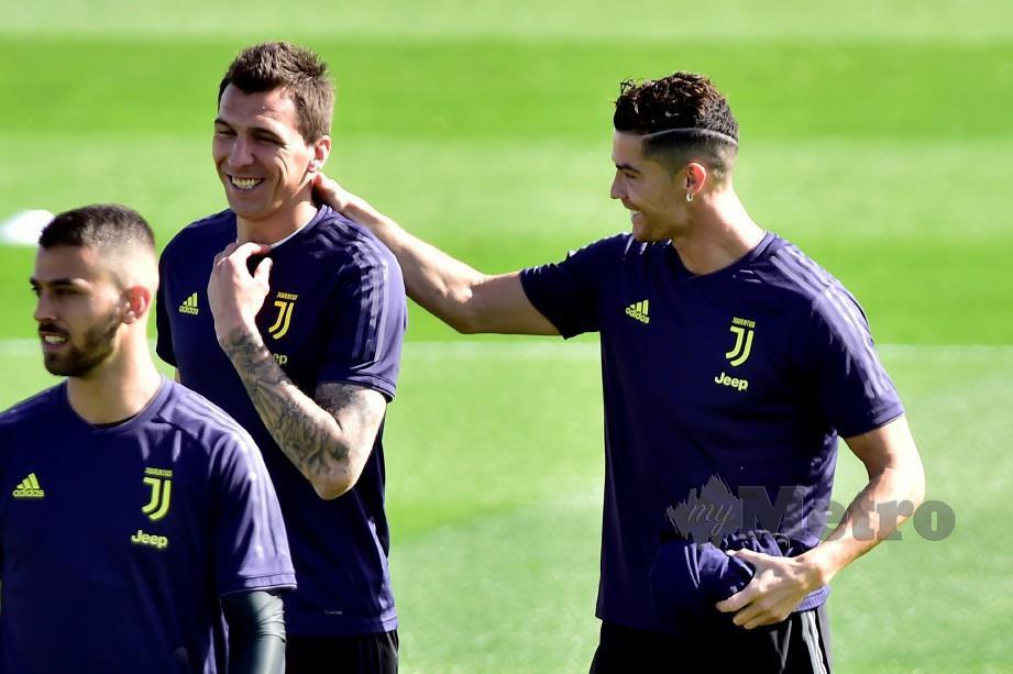 RONALDO (kanan) bergurau bersama Mandzukic selepas latihan. FOTO/REUTERS