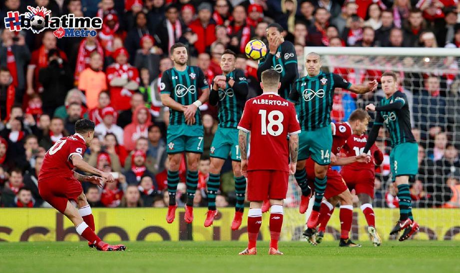 COUTINHO (kiri) melakukan percubaan ke gawang lawan ketika Liverpool bertemu Southampton. -Foto AFP