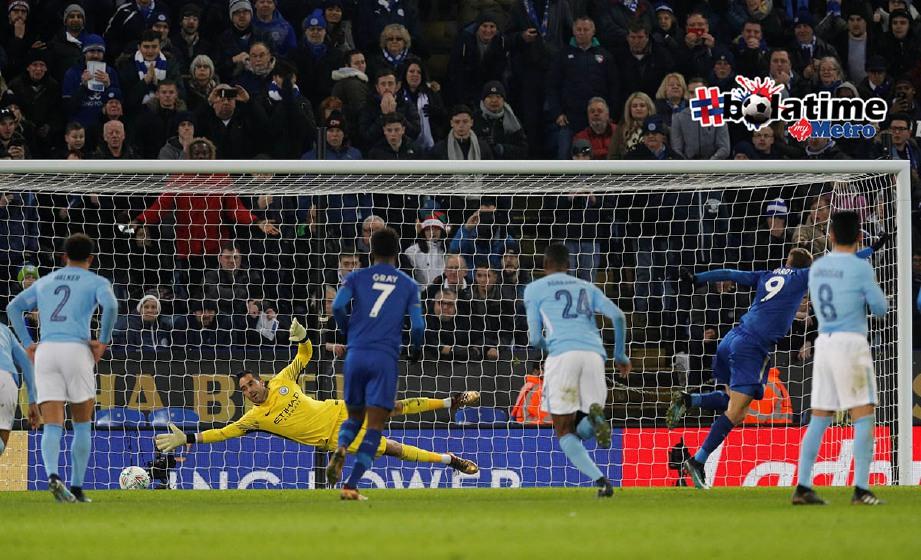 VARDY (dua dari kanan) gugat semangat City dengan gol penyamaan di hujung perlawanan. -Foto Reuters