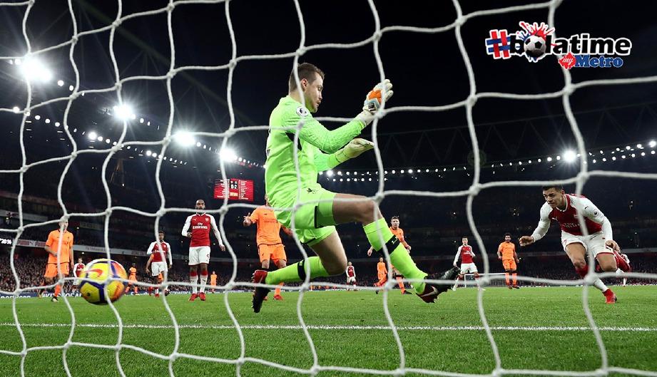 SANCHEZ jaring gol pertama Arsenal di babak kedua perlawanan. -Foto Reuters