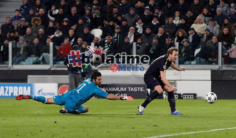 KANE (kanan) jaring gol pertama Spurs hasil hantaran Dele Alli. -Foto Reuters