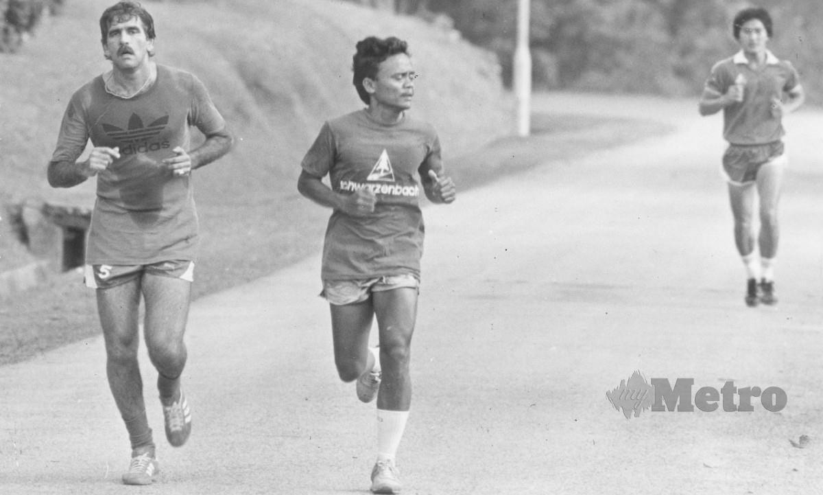 REDUAN (dua dari kiri) mengakui sukar merampas bola yang dikawal Maradona. FOTO NSTP