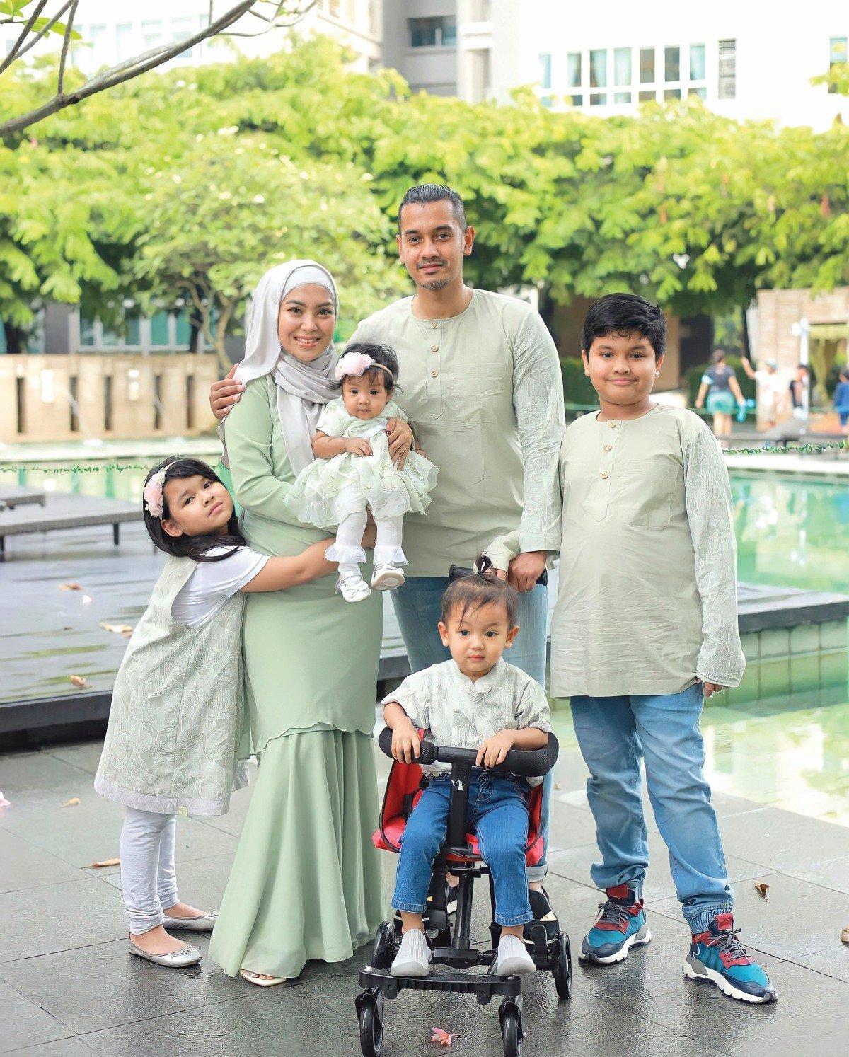 MAWAR bersama suami dan anak-anaknya.