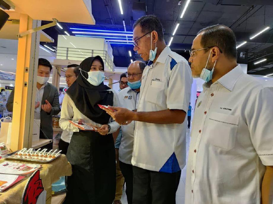 ROSOL (tengah) ketika melawat usahawan yang menyertai Program Jualan Malaysia (PJM) dan Kempen Beli Barangan Malaysia (KBBM) peringkat negeri Terengganu di KTCC Mall. FOTO IHSAN KPDNHEP