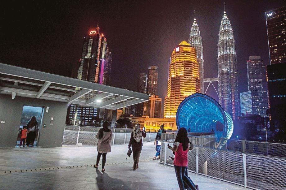 SIMBOL ikonik baharu ibu negara itu dibina berhampiran Stesen LRT Kampung Baru merentasi Lebuhraya Bertingkat Ampang-Kuala Lumpur (AKLEH). FOTO Asyraf Hamzah