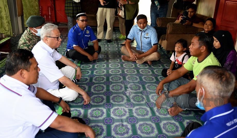 Ismail Sabri Yaakob (dua dari kiri) ketika membuat kunjungan ke rumah seorang veteran anggota Tentera Laut Diraja Malaysia (TLDM) Abdul Zahid Said (dua dari kanan) di Kampung Suang Parai, Menggatal, hari ini. FOTO BERNAMA