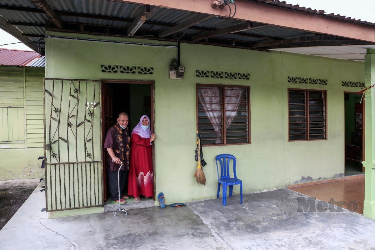 Sazali P Ramlee bersama isterinya ketika ditemui dikediamanya di Kampung Sentosa, Semenyih. FOTO HAZREEN MOHAMAD