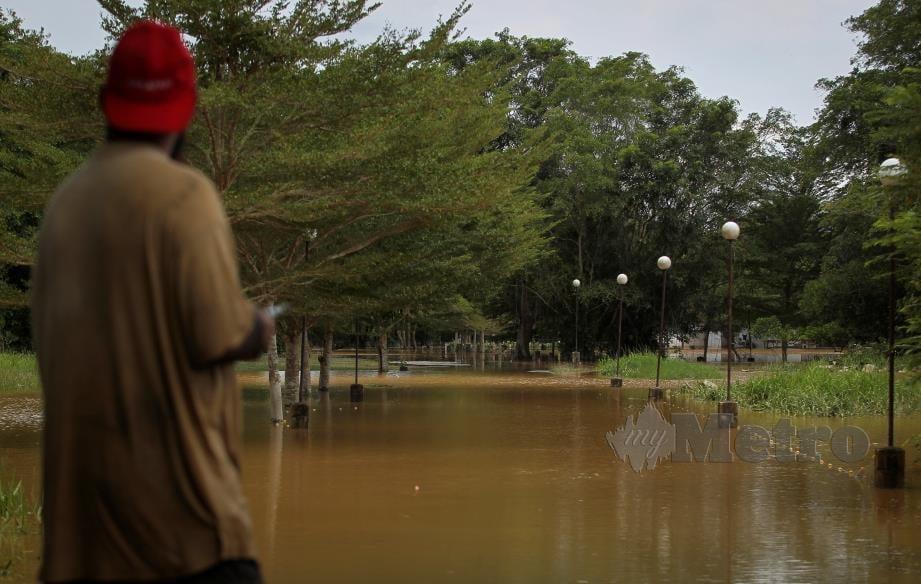 Keadaan banjir kilat yang melanda Kampung Kuala Sawah, Rantau. FOTO AZRUL EDHAM MOHD AMINUDDIN
