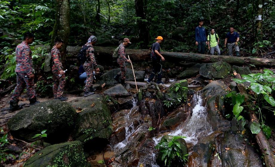ANGGOTA pasukan mencari dan menyelamat (SAR) dan pengamal media yang turut menjalankan misi pencarian di kawasan Gunung Berembun. FOTO Iqmal Haqim Rosman