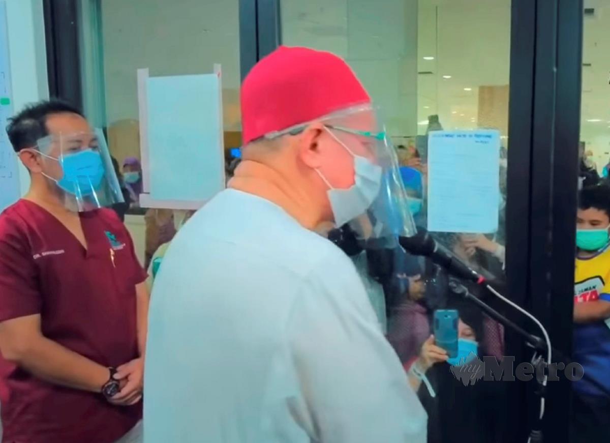 Dr Zulkilfli Mohamad Al-Bakri ketika bertemu petugas barisan hadapan dan pesakit di Pusat Kuarantin dan Rawatan COVID-19 Berisiko Rendah di MAEPS. FOTO IHSAN FB  Dr Zulkifli