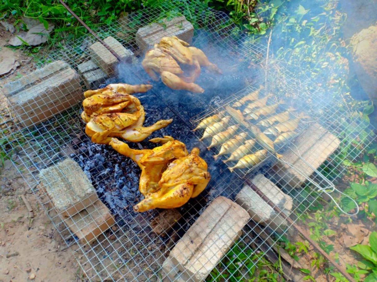 IKAN dan ayam bakar antara hidangan menyelerakan.