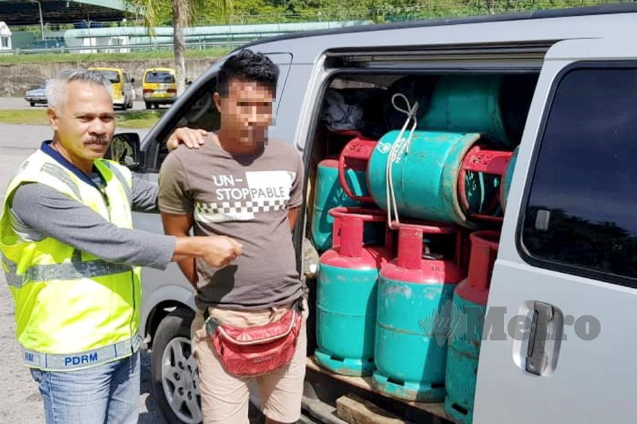 POLIS menahan lelaki Indonesia yang cuba menyeludup keluar gas LPG melalui Kompleks ICQS Tebedu, Serian. FOTO Ihsan PGA